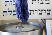 И вставьте в кисти края одежды синюю нить, «Птиль тхелет» («Синяя нить»), предприятие по изготовлению цицит, Кфар-Адумим